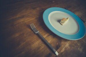 piatto vuoto con pane