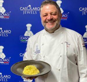 chef Peppe Guida con piatto di pasta